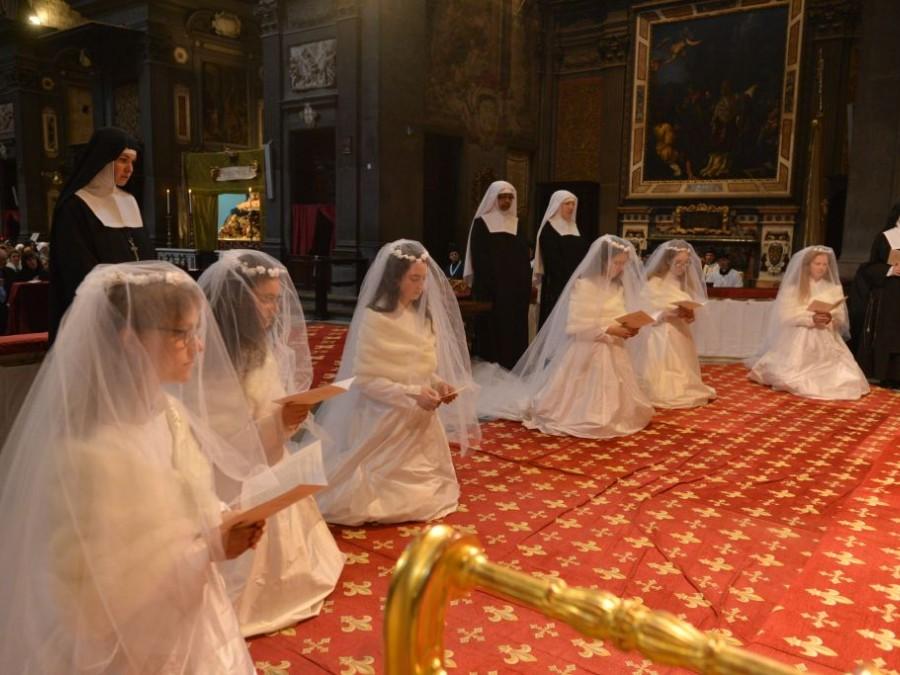 Einkleidung neuer Novizinnen unter dem Schutzmantel der Gottesmutter