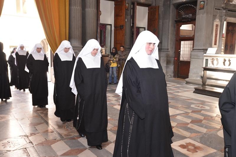 Fünf Anbetungsschwestern empfangen ihren Habit