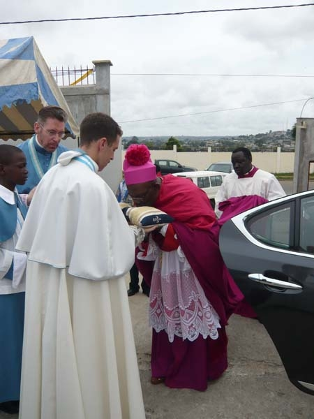 Installation von Kanonikus Michael Stein als neuen Pfarrer der Pfarrei Notre-Dame de Lourdes in Libreville
